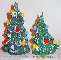 Такие елочки я сделала для новогодней поделки в детский сад. Поделка еще не готова, но показать уже не терпится. Поэтому представляю вашему вниманию эти елочки.  Нам понадобится: -плотная бумага для каркаса елочки -туалетная бумага -клей ПВА -краски -бинт или марля  фото 1