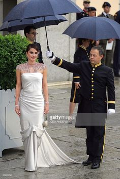 Queen Rania of Jordan poses for photographers as she arrives to attend an official diner at the Pardo Palace in Madrid 21 May 2004 on the eve of Spanish Crown Prince Felipe of Bourbon's wedding to former journalist Letizia Ortiz,