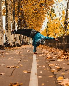 "22.8 tuhatta tykkäystä, 353 kommenttia - Daniels Laizāns (@daniels_laizans) Instagramissa: ""Catching autumn vibes in Paris with some more handstands 🍂🤸🏼♂️ #wayoflife #TeamLaizans"""