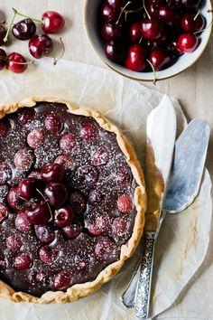 Tarta rústica de chocolate y cerezas