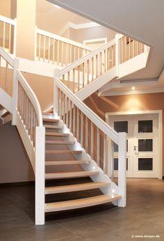 Helle Farbtöne verleihen dem Treppen-Modell eine schlichte Eleganz. LED-Leuchten nach jeder zweiten Treppen-Stufe erhöhen zudem die Sicherheit beim Auf- und Abstieg.