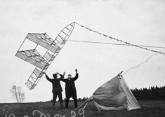 Alexander Graham Bell's kites looked like bizarre UFOs Alexander Graham Bell, Kite Designs, Box Kite, Kite Making, Beach Shoot, Louvre, Black And White, Pictures, Photography
