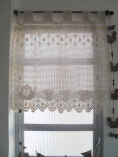 Cortina artesanal, confeccionada sob medida, em barbante na cor crú. Pode ser confeccionada em linha e na cor desejada Crochet Curtain Pattern, Crochet Curtains, Crochet Cushions, Curtain Patterns, Lace Curtains, Crochet Patterns, Loom Patterns, Crochet Art, Crochet Home