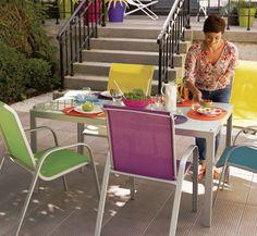 Daha renkli ürünler tercih edenler için de , sandalyeleri renkli almalarını tavsiye edebilirim. Burada gördüğümüz cam masa ile de oldukça uyumlu görünmektedir.