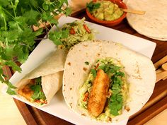 Fisktacos på torsk med knaprig pankopanering. Servera med guacamole och syrlig kålsallad.