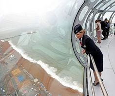 Brighton-The tower is built of 17 steel cans weighing approximately 900 tonnes which have been attached together, while the visitor pod is crafted from 24 segments of handmade glass from Italy