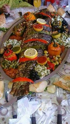 Vis in de oven Morrocan Food, Moroccan Salad, Moroccan Dishes, Seafood Recipes, Cooking Recipes, Nigerian Food, Fish And Meat, Food Goals, Seafood Restaurant