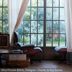 """Im """"Lounge Chair & Ottoman"""" von Eames relaxen und dabei der Musik lauschen. - mehr auf roomido.com"""