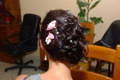 Chignon romantique avec des pétales de roses attachées.