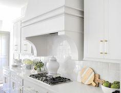 Ideas for Kitchen Counter Styling - Decor Gold Designs White Kitchen Decor, Kitchen Cabinet Colors, Kitchen Colors, Home Decor Kitchen, White Kitchen Counters, Kitchen Countertop Decor, White Kitchens, Kitchen Island, Vase