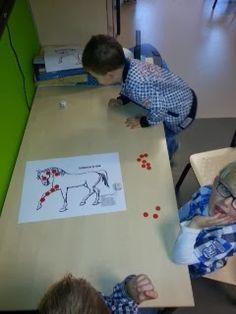 Telspel bij het boek 'schimmel is ziek' Leg op de schimmel 20 rode fiches. Kinderen gooien om de beurt met de dobbelsteen. Wie 5 gooit mag een rode fiche van de schimmel pakken. Als alle fiches weg zijn is de schimmel weer beter. De winnaar is degene met de meeste fiches.