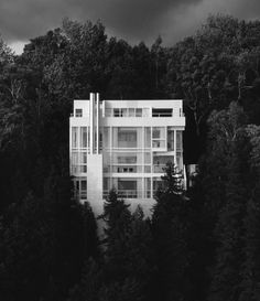 © AIA Hovering over the shores of Lake Michigan, the Douglas House was built by Richard Meier in 1971-1973 for Jim and Jean Douglas. The house is gently