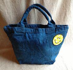 キャンバス地のトートバッグを藍で染めました。ハッピーな気分で使ってもらえたら、という思いでスマイルマークのワッペンをつけました。ランチバッグサイズでマチが広く...|ハンドメイド、手作り、手仕事品の通販・販売・購入ならCreema。