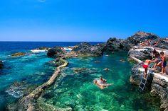 Auf Teneriffa nahe Garachico haben Lavamassen die natürlichen Schwimmbecken von El Caletón geformt.