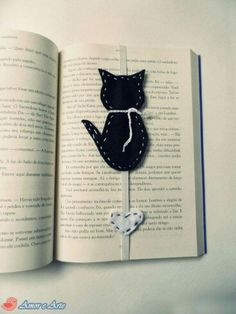 17 Best Ideas Crochet Cat Bookmark Handmade Learn the rudiments of how to crocheting, starting at th Cat Crafts, Book Crafts, Sewing Crafts, Sewing Projects, Arts And Crafts, Diy Bookmarks, Crochet Bookmarks, Felt Bookmark, Book Markers