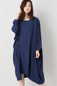 JEAN PAUL KNOTT マキシ Tシャツワンピース  JEAN PAUL KNOTT マキシ Tシャツワンピース 72360 2016AW FIGARO Paris オーバーサイズのTシャツワンピース 体のラインに沿わないゆったりとしたシルエットながらイレギュラーな裾のデザインや落ち感のある素材感で女性らしく着こなせます シンプルなデザインですが着心地が良く一枚でサマになる仕上がりはブランドならでは 大人の女性のためのTシャツワンピースです JEAN PAUL KNOTT(ジャンポールノット) サンローランのアシスタントデザイナーとしてオートクチュールなどさまざまなラインのデザインを経験 その後2000年自身の名を冠したブランドジャンポールノット(JEANPAULKNOTT)を設立しコレクションを発表 布の流れドレープを意識した美しいシルエット(ライン)のデザインはエレガントそのものでその布の動きは柔らかく繊細でアートとしての美しさを漂わせる コレクションの多くは黒を貴重にしておりそのほかでは白グレーなどモノトーンな色を多く用いる…