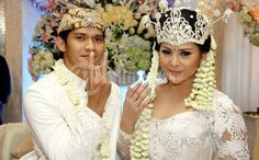 hate the couple. but love her make up, wedding decor and the kebaya.. LOL