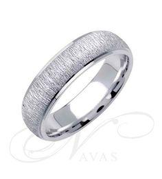 La alianza Modelo Miriam Ocariz 9 es una joya de oro de Primera Ley de cuidado diseño realizado por la prestigiosa creadora de moda Miriam Ocariz. Un anillo elegante, sencillo y diferente ideal como alianza de boda o regalo especial.