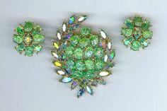 SPARKLING! 1961 CROWN TRIFARI 'Etoile' Green Iridescent Lava Rock Brooch Pin Earrings
