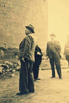 Gazi Paşa Hazretleri Diyarbakır surları önünde incelemede bulunuyor, 1937