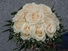 kvetiny-praha-svatebni-kytice-kremove-ruze-nevestin-zavoj