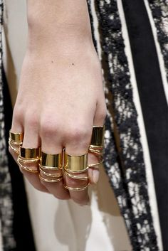 gold rings everywhere #fashion #accesories #complementos