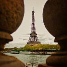 Adivinha quem vai aparecer de novo no próximo vlog de Paris? #toureiffel #eiffeltower #paris #France #frança #europa #eurotrip #turistando #ferias #viagem #viaje #viajar #trip #travel