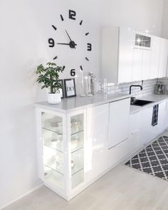Korotettu taso keittiössä tarjoaa vitriinimäistä säilytystilaa Inside A House, Scandinavian Style Home, Interior Decorating, Interior Design, White Decor, Cool Rooms, Home Decor Inspiration, Kitchen Interior, Home Kitchens