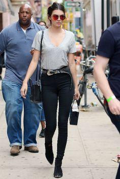Super cool: Kendall Jenner mit High Waist-Jeans und grauem T-Shirt