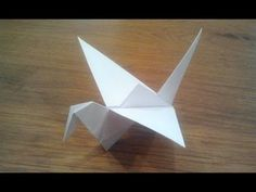 How to fold an origami flapping bird. With an extra camera angle. Tutorial to understand how to fold a traditional origami bird. This is an action origami th. Origami Ball, Diy Origami, Origami Bird Easy, Easy Origami Dragon, Origami Flapping Bird, Origami Dove, Origami Simple, Origami Paper Folding, Origami Wedding