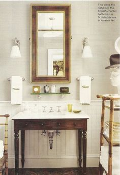 Lovely, cozy bathroom....it's like I can hear Chopin playing in the background just by looking at that picture