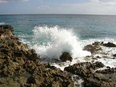 File:Costa de Playa Girón.jpg  Playa Girón es una pequeña playa en la margen oriental de la Bahía de Cochinos, al centro sur de Cuba, que hoy es un centro turístico.