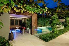 aménagement jardin moderne en version soirée, avec la cuisine d'été