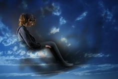 A ideia de que os seres humanos podem deixar os seus corpos durante os estados de sonho é antiga. Inúmeras pessoas acreditam que é possível comunicar-se com a inteligência cósmica através de visões e sonhos vívidos experimentados durante a projeção astral, também conhecida como experiências out-of-body (fora do corpo).