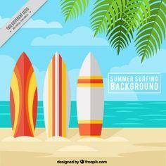 Playa veraniega con tablas de surf