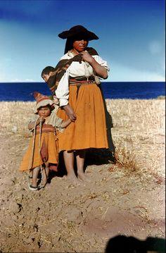 Frau mit Kindern in traditioneller Kleidung , Quechua Indianerin bei Pusi am Lago Titicaca. Dia_023e-068