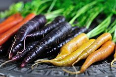 Not all carrots are orange. There are also white and purple carrots. Find out how each carrot color tastes and what the difference in flavor is like. Growing Vegetables, Fruits And Vegetables, Veggies, What Are Colours, Orange Amps, Fruits Images, Taste And See, Salad Bar, Vegetable Garden