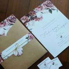 Convite de Casamento Floral. Flores Marsala e envelope kraft.  Floral Wedding Invitation.  Marsala flowers and kraft envelope.