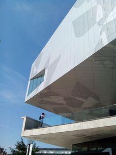 CaixaForum Zaragoza es un nuevo centro cultural y social de la Fundación 'La Caixa', ubicado en un emblemático y vanguardista edificio formado por dos grandes cubos suspendidos a diferente nivel, que albergan las salas de exposiciones.