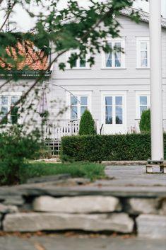 Den gamle stigerboligen i Saggrenda har blitt et vakkert og funksjonelt hjem for familien som bor her. ❤️ Stigerboligen ble bygget rundt 1860, i en periode hvor sveitserstilen var i ferd med å overta for den klassiske byggestilen. Du kan finne elementer fra begge stilarter i husets arkitektur.