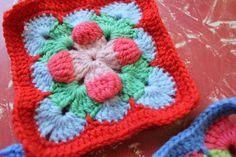 little woollie: New Granny Love. Crochet Squares Afghan, Crochet Blocks, Crochet Granny, Crochet Motif, Crochet Stitches, Knit Crochet, Crochet Patterns, Granny Squares, Knitting Blocking