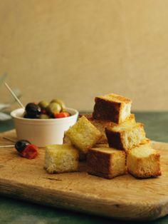 オリーブとドライトマトのマリネは、ワインのおつまみに最適! オリーブオイルをたっぷり塗ったフォカッチャのラスクと合わせて、きりっと冷えた白とどうぞ。|『ELLE a table』はおしゃれで簡単なレシピが満載!