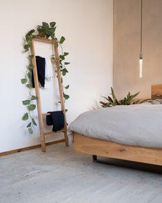 """Die Kleiderleiter wird in Handarbeit hergestellt. Das gesamte Holz, welches wir für die Holzleiter verwenden, sind, Abschnitte aus der Produktion und können so """"recycelt"""" werden. Das Maß der Leiter ist 15x50cm. Die Ablage hat eine tiefe von 10-20 cm, sie ist auch verantwortlich für den Abstand zur Wand, dass die Kleider nicht direkt an der Wand hängen. Furniture Making, Furniture Sets, Home Furniture, Music Bedroom, Bedroom Decor, Oak Shelves, Living Room Accessories, Small Loft, Wooden Ladder"""