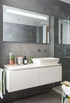 Het mat witte Villeroy & Boch meubel heeft dankzij de haarscherpe randen een luxe uitstraling. Het minimalistische design hoort helemaal thuis in deze Scandinavische badkamer. Een meubel moet mooi zijn, maar ook praktisch in gebruik. De twee royale onderkasten bieden volop ruimte voor uw spullen. En erg handig: het grote werkblad naast de wastafel voor de dagelijkse spulletjes. Relaxing Bathroom, Interior Decorating, Interior Design, Home Bedroom, Double Vanity, Basin, Toilet, Sweet Home, New Homes