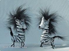 Доброго времени суток! У меня готовы новые примитивы, веселые и чудаковатые животные. Вначале поста покажу всех чудиков, потом расскажу как сделать их самостоятельно.  Кто сказал, что у зебры короткая грива? Моя зебра лохматая, озорная и очень добродушная! фото 1