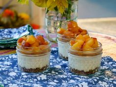 Trisha Yearwood's Mini Georgia Peach Cheesecakes Recipe from Food Network – For lower carb (peaches aren't really low-carb), use pinches of salt, ground ginger and cinnamon instead of the cookies and swerve or Lakanto versions of the sugars. Peach Cheesecake, Cheesecake In A Jar, Cheesecake Recipes, Brownie Cheesecake, Mini Desserts, Just Desserts, Delicious Desserts, Summer Desserts, Yummy Food