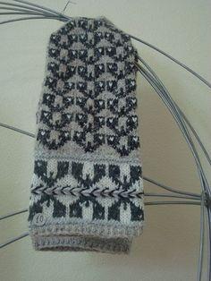 Rucaas cimdi - Sarmīte Lagzdiņa - Picasa Web Albums Fingerless Mittens, Knit Mittens, Knitting Socks, Knitted Hats, Knit Socks, Knitting Charts, Knitting Patterns, Wrist Warmers, Fair Isle Knitting
