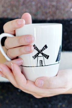 Use a porcelain marker and this very easy DIY to create your own designed mugs! Very quick and the perfect unique and personalised gift Painted Coffee Mugs, Hand Painted Mugs, Ceramic Coffee Cups, Ceramic Mugs, Pottery Painting, Ceramic Painting, Diy Painting, China Painting, Porcelain Paint Pens