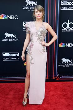 Taylor Swift Photos - Recording artist Taylor Swift accepts the Top Female Artist award onstage during the 2018 Billboard Music Awards at MGM Grand Garden Arena on May 2018 in Las Vegas, Nevada. - 2018 Billboard Music Awards - Show Taylor Swift Moda, Taylor Swift Latest, Taylor Swift Sexy, Estilo Taylor Swift, Taylor Swift Outfits, Taylor Swift Style, Taylor Swift Pictures, Taylor Alison Swift, Taylor Dress