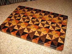 Quilt pattern cutting board – by amagineer @ Lumbe… Large Cutting Board, End Grain Cutting Board, Wood Cutting Boards, Chopping Boards, Wood Patterns, Quilt Patterns, Woodworking Projects That Sell, Kids Woodworking, Kitchen Board
